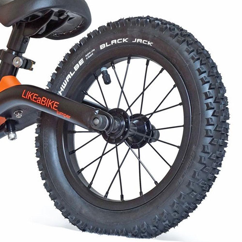 Type de roue avec pneu à crampons  pour draisienne
